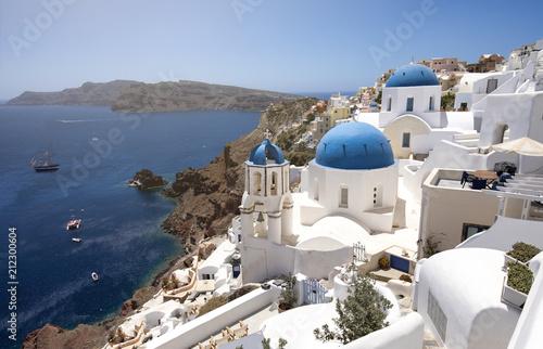 Fototapeta Die berühmten drei blauen Kuppeln in Santorini obraz