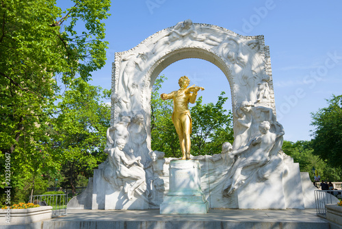 Papiers peints Con. ancienne Monument to Johann Strauss in the city park on a sunny afternoon. Vienna