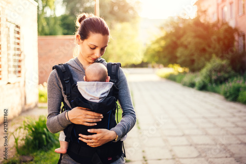 Photo  Little baby girl and her mother walking outside during sunset
