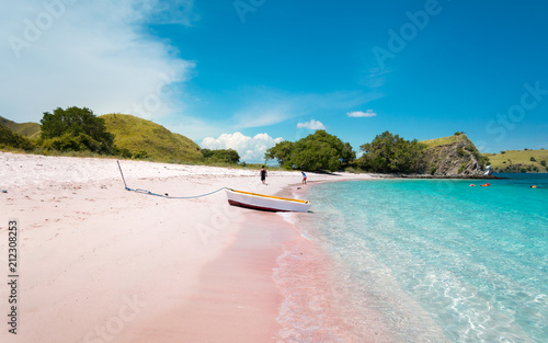 Foto op Plexiglas Indonesië A Boat on Pink Beach with Turquoise Clear Water in Komodo Island, Indonesia