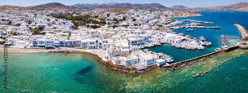 Photo Panoramablick auf das traditionelle Fischerdorf Naousa auf der Insel Paros mit t