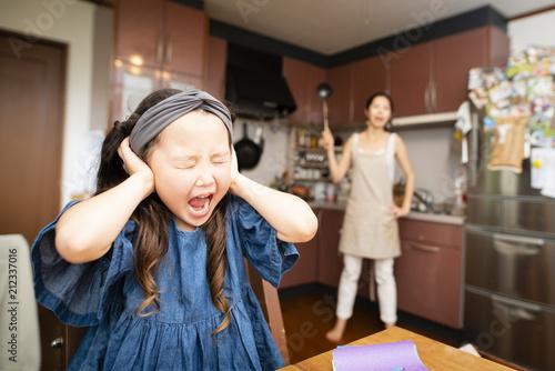 Fotomural 母親に叱られて耳をふさぐ女の子