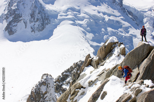 Poster  Bergsportler am Gipfel des Dôme du Goûter und strahlend blauer Himmel des Mont-B