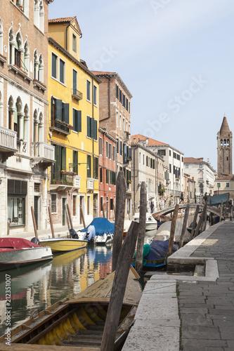 Plakat Rio San Barnaba, Dorsoduro, Wenecja, Wenecja Euganejska, Włochy z odbicia w kanale