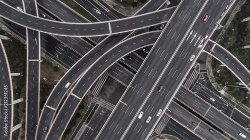 widok-z-lotu-ptaka-autostrady-i-wiaduktu-w-miescie-w-pochmurny-dzien