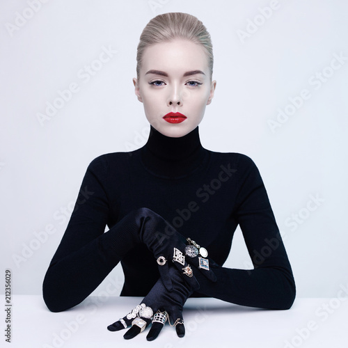La pose en embrasure womenART Beautiful blonde lady with lot of precious rings