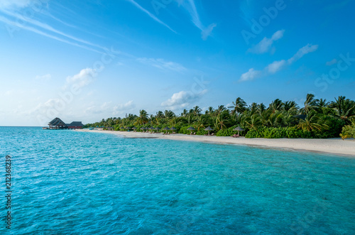 Spoed Foto op Canvas Eiland The perfect beach. Luxury escape. Tropical paradise. Honeymoon at Maldives. Palms and white sund. Blue ocean