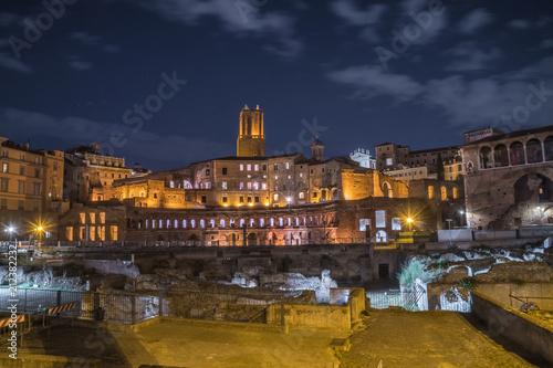 Zdjęcie XXL ruiny Forum Trajana i Rynek w Rzymie w nocy