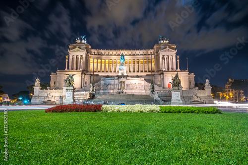 Foto op Aluminium Oude gebouw Vittorio Emmanuel II Monument on Venice square in Rome at night, Italy