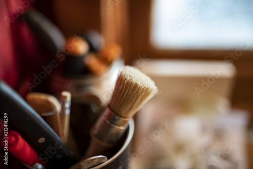 Fotografía  Attrezzi da lavoro, pennello cacciaviti, matita, di uso quotidiano