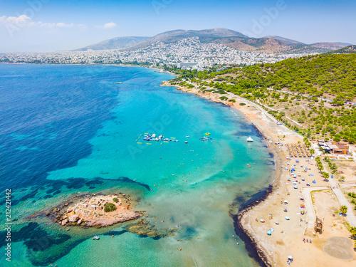 Photo Der Strand von Kavouri im südlichen Athen mit türkisem Wasser und Sicht auf die