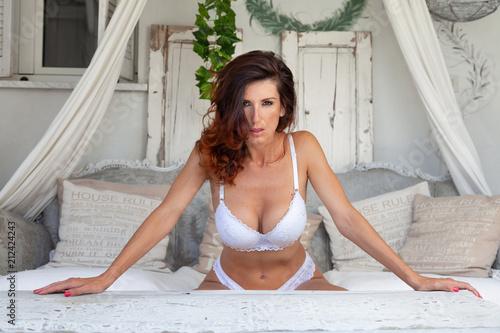 bella donna in relax dentro casa