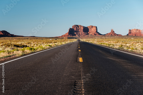 Keuken foto achterwand Verenigde Staten Empty scenic highway in Monument Valley