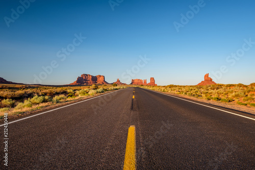 Foto op Canvas Verenigde Staten Empty scenic highway in Monument Valley