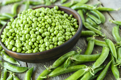 Foto young peas peeled and in pods