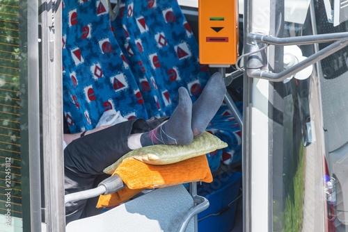 Busfahrer macht eine Pause und legt die Füße hoch Fototapete