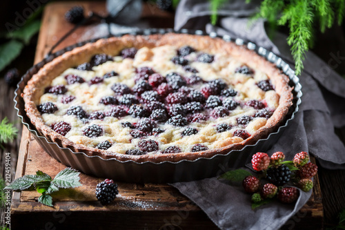 Photo sur Aluminium Dessert Closeup of tasty and sweet blackberry pie with caster sugar