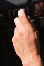 Linke Hand Am Lenkrad Eines Al...