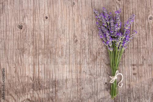 Naklejka premium Wiązka lawendowy officinale widzieć od above odpoczywać na rocznika drewnie