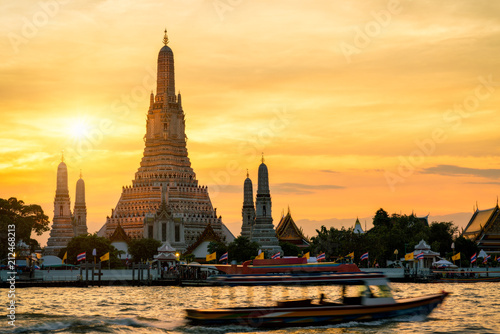 Poster Bangkok Sunset silhouette scence of Wat Arun Ratchawararam Ratchawaramahawihan Temple in bangkok, Thailand