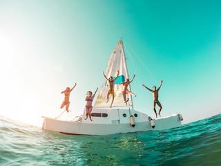 Sretni ludi prijatelji rone s broda u more