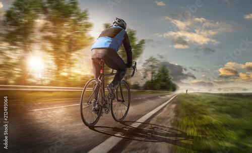 Fényképezés  Radsportler fährt bei Sonnenuntergang