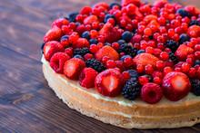 Wilder Beeren Mix Mit Erdbeeren, Himbeeren, Brombeeren, Heidelbeeren Und Johannisbeeren Auf Einem Obstkuchen.