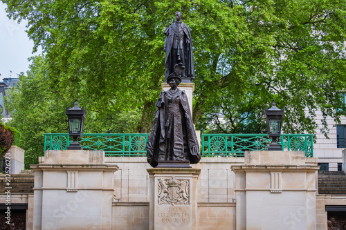 Photo  Queen Elizabeth Monument at the Mall Road, London UK