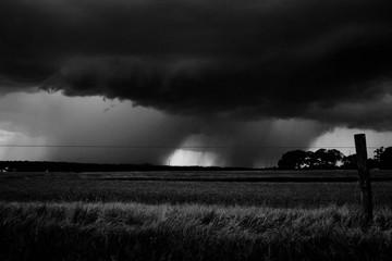 Czarno-białe zbliżającej się burzy na polach na farmie w Raleigh North Carolina
