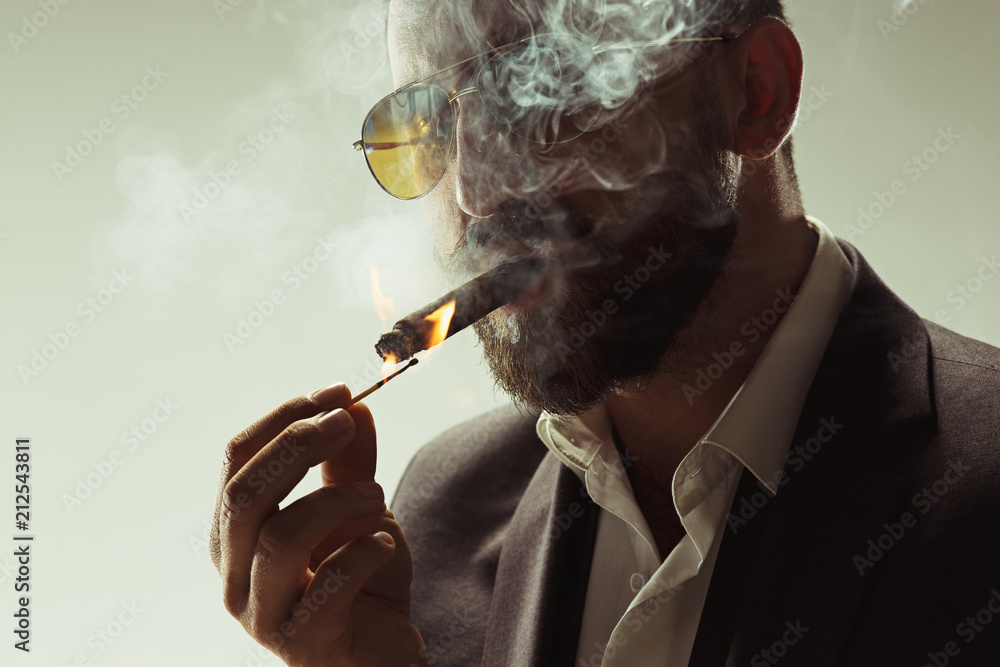 Fotografie, Obraz The barded man in a suit holding cigar