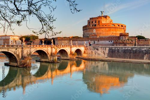 Zdjęcie XXL Twierdza Sant'Angelo i jej odbicie w rzece Tevere w Rzymie.