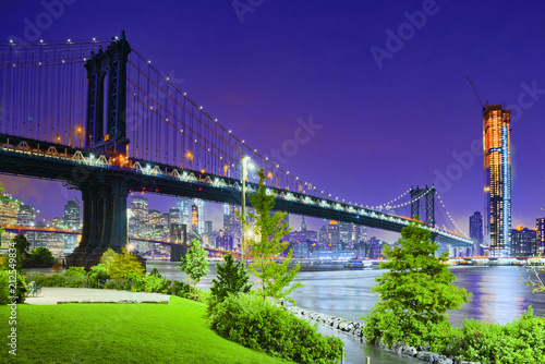 Spoed Foto op Canvas Verenigde Staten New York night view of the Lower Manhattan and the Manhattan Bridge across the East River.