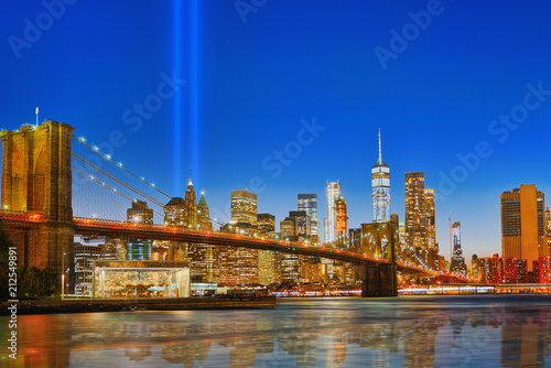 Spoed Foto op Canvas Verenigde Staten New York night view of the Lower Manhattan and the Brooklyn Bridge across the East River.