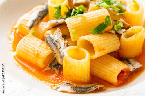 Fototapeta Piatto di pasta con alici e salsa di pomodoro, cibo Mediterraneo