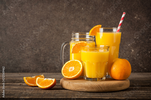 Poster Sap Fresh orange juice and fruits on the table