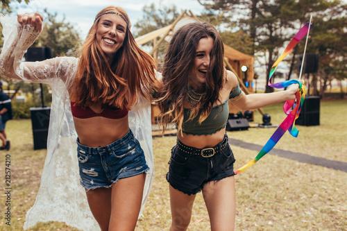 Fototapeta Girls having fun at music festival obraz