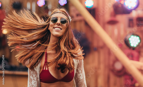Papiers peints Magasin de musique Attractive hippie girl at music festival
