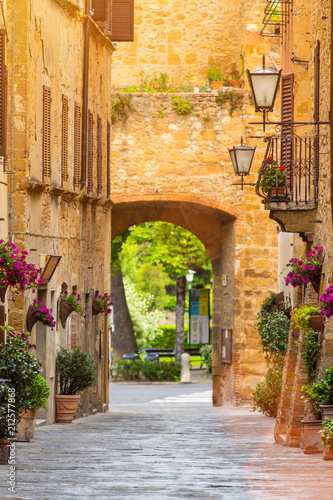 Poster de jardin Ruelle etroite Beautiful street in a small old village Pienza, Tuscany.