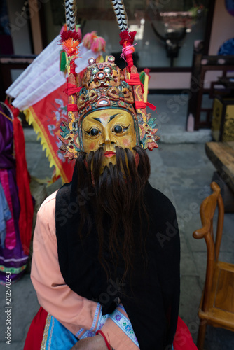 In de dag Asia land Miao person wearing traditional mask