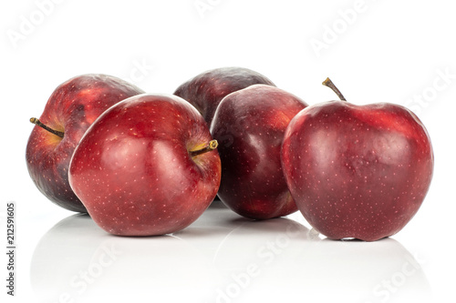 Photo  Five red delicious apples isolated on white background.