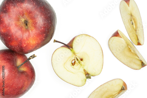 Photo  Sliced red delicious apples flatlay isolated on white background two whole one half and three slices
