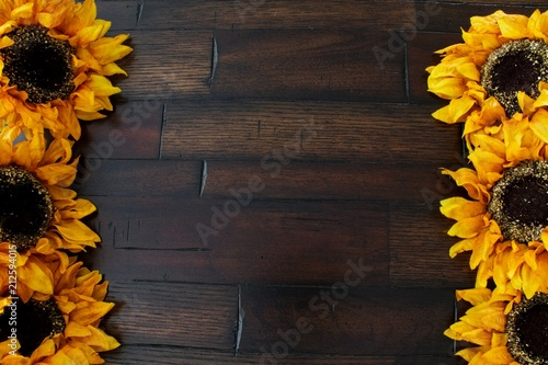 Keuken foto achterwand Bloemen A background of wood framed by flowers providing copy space.