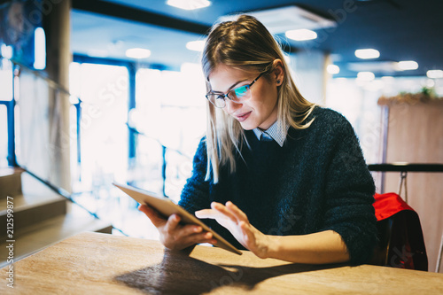 Obraz Portrait of young attractive woman using tablet - fototapety do salonu