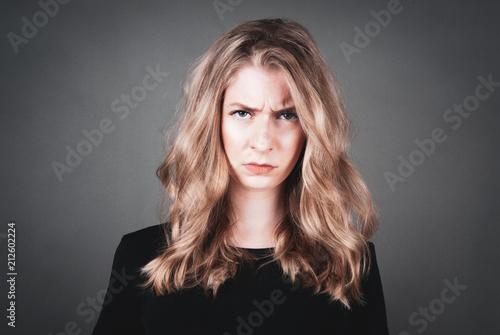 Fotografija  Junge Frau ist verärgert, wütend