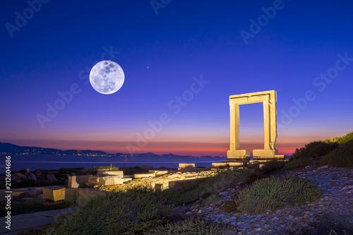 Платно Portara - ruins of ancient temple of Delian Apollo on Naxos island, Cyclades, Gr