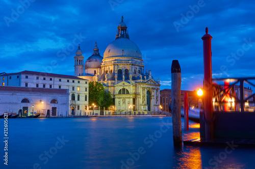 Plakat Kanał Grande z kościół w Wenecja przy nocą