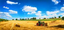 Sommer Am Land: Traktor Beim Laden Von Stroh