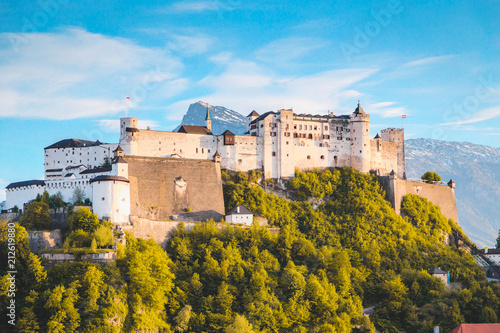 In de dag Historisch geb. Hohensalzburg Fortress at sunset, Salzburg, Austria
