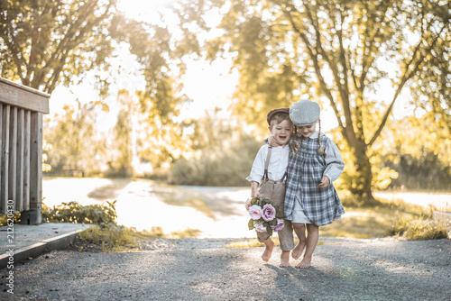 Fotografie, Obraz  Kinder in Vintagekleidung sind glücklich