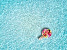 Junge, Blonde Frau Treibt Auf Einer Lolliförmigen Luftmatratze über Die Tropisch, Türkisen Gewässer Der Malediven